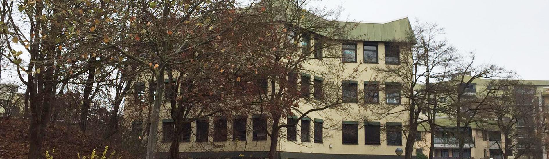 Hier ist das Gebäude der Zahnarztpraxis Dr. Kübler abgebildet.